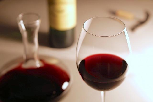 営業マンだけど喋り上手ではない女性にワインをすすめた